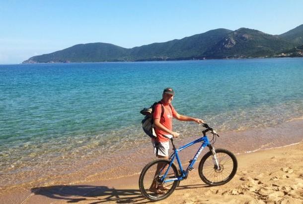 vélo sur la plage en corse
